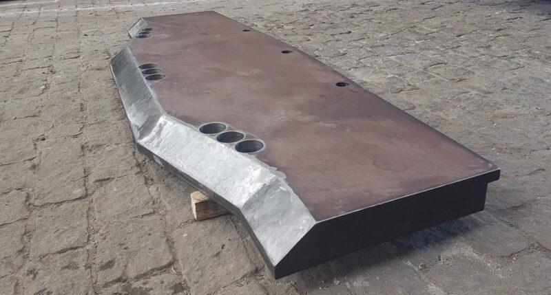 Lâmina Truncada com furo de fixação (escareado) fabricada em aço Hardox.