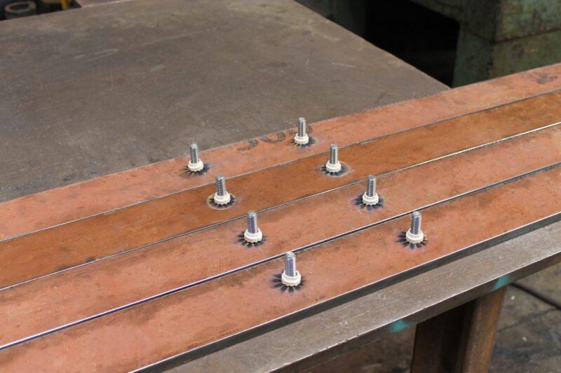 Barras em chapas de aço Hardox com soldagem de pinos em processo Stud Welding.