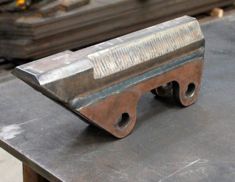 Caneleira utilizada nos Segmentos de mineração e pedreira para a proteção da concha. Caneleira produzida em aço Hardox.