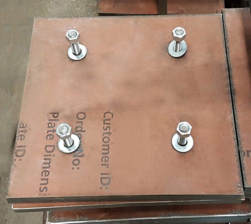 Revestimento de Chute com soldagem de pinos em processo Stud Welding. Revestimento de Chute fabricado em aço Hardox.